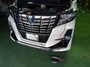 99049bb1c9982 バッテリーはトランクの左側に格納されてます。 固定ステー&端子、エアー抜きプラグを抜いて取り出します。